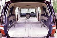 前席から3列目まで、すべてのシートをフルフラットにすることも可能。2列目と3列目を向かい合わせにしたり、2列目のシートバックを前に倒し、3列目でテーブルとして使うなど、シートアレンジは多彩だ。