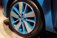 ボディーカラーは全7色で、ホイールのカラーは全4色。グレードによっては、写真の青いホイールも選択可能。
