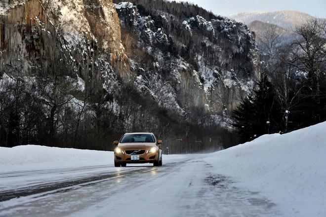 (前編からのつづき)切り立った崖がびょうぶのように続く層雲峡の道はツルツル。道中、コントロールを失った後続車が滑りながら近づいて来たりして……焦りました〜。