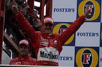 GPデビューの地(1991年)、そして初優勝の地(1992年)であるスパで前人未到の7度目のドライバーズタイトルを獲得したミハエル・シューマッハー(中央)。5年連続のタイトル奪取は、5回ワールドチャンピオンになったファン・マニュエル・ファンジオの4年連続(1954-1957年)を抜く、新たな記録となった。(写真=フェラーリ)
