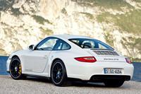 「911カレラGTS」のリアビュー。「スポーツエグゾーストシステム」が標準装備される。排気管のマフラー部分とテールパイプの間がブラック塗装され、排気管はポリッシュ仕上げとなっている。