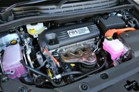 エンジンは、「プリウス」よりも排気量が600cc大きい、2.4リッター直4を搭載する。システム最高出力は190ps。このハイブリッドシステムは「レクサスHS250h」と共通だ。