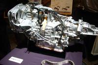 こちらはトランスミッションのカットモデル。中央に見えるベルト状のパーツが、「リニアトロニック」のキモとなるチェーンだ。