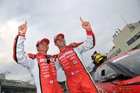 勝利を喜ぶ、No.23 MOTUL AUTECH GT-Rの本山 哲(写真左)とブノワ・トレルイエ。