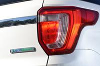 現在の「エクスプローラー」のラインナップは、3.5リッターV6エンジンを搭載した4WDモデルの「リミテッド」と「XLT」、2.3リッターターボを搭載したFFモデルの「XLTエコブースト」の3種類。2016年には、ここに3.5リッターV6ターボの4WDモデル「タイタニアム」が追加される。