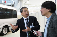 記者の取材に対応する、CVカンパニー CV製品企画の梁井康平氏。