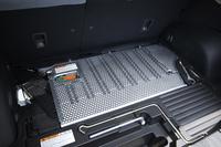 バッテリーはニッケル水素式で、荷室の床下に搭載される。右に見えるプラスチックパーツは、車内の空気をバッテリーへ送る、冷却用のダクト。