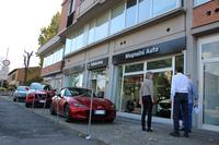 フィレンツェのスバル&マツダ販売店「ムニャイーニ・アウト」。ショールームは半分がマツダのスペースで、もう半分がスバルにあてられる。