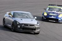 「GT-Rパフォーマンスデモンストレーション」で、耐久仕様のZを従えてヘアピンを行く「日産GT-R」テストカー。