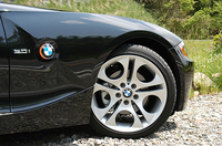 ブリヂストンのランフラットタイヤを標準装備する。タイヤのサイドウォールが補強され、パンクしても90km/h以内で、80kmまで走行が可能だという。空気圧がゼロになっても、ホイールのリムからタイヤが外れない工夫がなされる。当然、タイヤ1本の重量は重くなるが、通常の「4輪+スペアタイヤ」よりは、スペアタイヤがいらないぶん、「クルマ全体としては軽くなる」というのが、タイヤメーカーの主張だ。