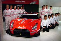 「XANAVI NISMO GT-R」と、日産のレーシングドライバーたち。