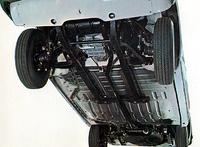 ボディはモノコックだが、フロントサスペンションとパワートレインはサブフレームを介してマウントされていた。前後サスペンションはトーションバー・スプリングを使用しているが、ジャッキアップしてフロントは2本、リアは1本のボルトを調整するだけで車高が変更可能だった。