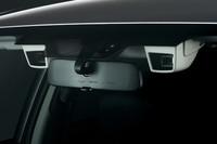 写真は、「EyeSight」搭載車に備わるステレオカメラ。フロントウィンドウ上端にあるふたつのカメラで前方の状況を認識する。