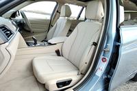 「モダン」ラインでは、クロスとレザーのコンビネーションシートが標準。試乗車にはオプションの「ダコタ・レザー・シート」が装着されていた。