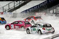 """路面はスキーのモーグル斜面のような凸凹があり、コーナーではスパイクタイヤに削られて""""氷炎""""が吹き上がる。"""