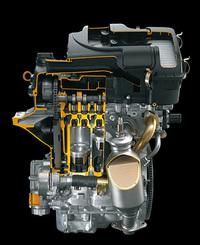 新開発の1リッター3気筒エンジン。軽量コンパクトがジマン。エアクリーナーとインテークマニフォルドは、一体樹脂成形だ。ウォーターポンプのプーリーは、なんと板金製で、非常に軽い。なお、1、1.3リッターとも、「平成17年排出ガス基準75%低減」レベルを達成した。いわゆる4ッ星である。