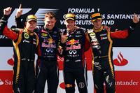 初めて母国ドイツでのレースを制したレッドブルのセバスチャン・ベッテル(写真左から3番目)、ロータスのキミ・ライコネンは2位(同一番左)、そして同じロータスのロメ・グロジャンは3位でゴール(同一番右)。(Photo=Red Bull Racing)