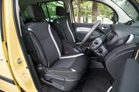 ライトグレーのアクセントが目を引くファブリックシート。「ゼンEDC」には「ゼン6MT」と同じく、助手席に可倒機構が備わる。