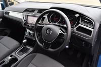 ワイド感を強調する、横基調のデザインのインストゥルメントパネルまわり。センタークラスターをドライバー側に傾けるなどして、スポーティー感も演出されている。