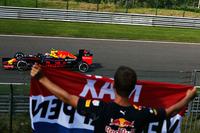 ベルギーの隣国オランダから応援団が大挙して訪れたレッドブルのマックス・フェルスタッペンは、予選で2位となり最年少フロントロースターターの記録を更新。しかし期待がかかったレースではスタート直後にフェラーリと絡んで後退。その後各所でさまざまなドライバーとアグレッシブなバトルを展開し、今シーズンたびたび丁々発止と渡り合ってきたライコネンをコース外に押しやるなど暴れまくった。入賞圏外の11位完走。(Photo=Red Bull Racing)