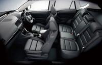 「DX Lパッケージ」の本革シートは、パーフォレーション(穴あけ)加工され、レッド&ブラックのステッチが施される。運転席には10Wayパワーシートが、運転席と助手席にはシートヒーターも標準装備となる。