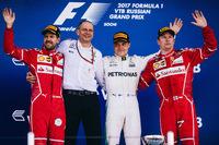 F1第4戦ロシアGPで初優勝したメルセデスのバルテリ・ボッタス(写真右から2番目)、2位に入ったフェラーリのセバスチャン・ベッテル(同左端)、3位でレースを終えたフェラーリのキミ・ライコネン(同右端)。(Photo=Ferrari)