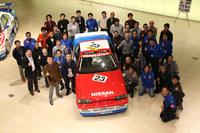 「1988年 欧州ツーリングカー選手権出場車 スカイラインGTS-R」と、同車の再生に関わった日産名車再生クラブのメンバーたち。