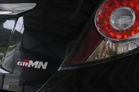 テールゲートに飾られた「GRMN」のロゴ。同じGAZOO Racingのクルマの中でも、「GRMN」は「G's」より広範に手が加えられたものとなっている。