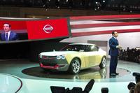 「東京モーターショー2013」の日産ブースにて。同社のカルロス・ゴーンCEOの運転で、報道陣の前に登場した。