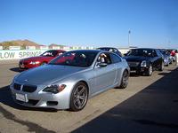 「BMW M6」「Z4 M」「キャデラックCTS-V」など、ハイパフォーマンスカーたちが勢揃い。ピットで走行待ちの様子。