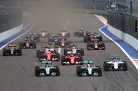 スタート直後、実質的な最初のコーナーであるターン2に飛び込むF1マシン。ポールシッターのニコ・ロズベルグ(先頭左)に予選2位ハミルトン(同右)が並びかけるも、ロズベルグがトップを守ってオープニングラップを終えた。(Photo=Mercedes)