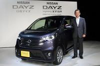 「日産デイズ ハイウェイスター」と日産自動車の志賀俊之COO。