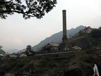 田中正造が天皇に直訴したことで有名な足尾公害事件。すべては足尾銅山から始まった。江戸時代(1610年)に開山、明治時代には日本の銅の半分近くを生産するなど、わが国の工業化の重要な起点として昭和48年(1973年)まで稼動した。役割を終えた足尾精錬所は、廃墟として、亡霊のように今も足尾の谷を見つめている。