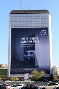 ミラノではビル垂れ幕で「スウェーデンで作って、ミラノでリビールド(公開)」と大々的にアピール。