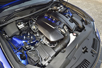 5リッターV8自然吸気ユニットは477psと54.0kgmを発生する。JC08モード燃費は8.2km/リッター。