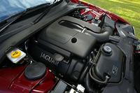 スーパーチャージャー付き「AJ-V8」ユニットと、ZF製6段AT。機械式過給機はイートン製で、ツインのインタークーラーと組み合わされる。わずか1300rpmで、自然吸気V8の最大トルク42.9kgmを上まわる。