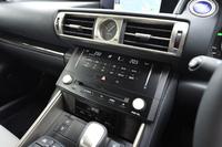 エアコンの温度調節スイッチには静電式を採用。金属部分に指先で触れることで温度設定を変えられる。