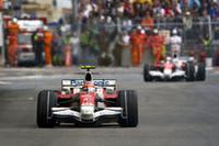 トヨタのティモ・グロック(写真手前)にとってはめまぐるしいレース展開。3度もクルクルとスピンし、満身創痍で12位完走。ヤルノ・トゥルーリは13位だった。(写真=Toyota)