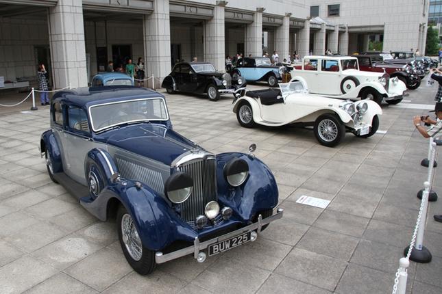 横浜美術館の正面入り口前に並べられたエントリー車両。クラスA(1910〜30年)は5台、クラスB(1931〜45年)は11台が参加した。