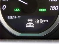 そしてボタンを押すと即、低速オートクルーズが作動。前のクルマが徐々に近づくと、ブレーキを徐々に踏んでくれ、前が止まるとこっちも止まる。これが便利! やめられまへん。