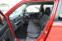 """法規の変更により大きくなったフロントシート。助手席の座面を引き上げると、通称""""バケツ""""と呼ばれる取り外し式のアンダーボックスにアクセスできる。"""