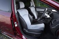 「前方をしっかり見渡せるよう、座面の位置を高めに設定した」という前席。ヘッドレストには角度の調節機構も備わる。