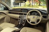 2013年モデルの「V70」には、新機能「オートライト」と「イルミネーテッド・シフトノブ」が備わる。