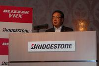 ブリヂストンのスタッドレスタイヤの歴史を語る、ブリヂストン常務執行役員の清水実氏。「ブリザック」ブランドのスタッドレスタイヤは、2013年3月現在で、世界累計2億本を販売しているとのこと。