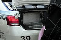 トランクには、まるでアイス屋のような保冷箱。ハイブリッド用バッテリーの冷却のため、ドライアイスが使われたのだ。