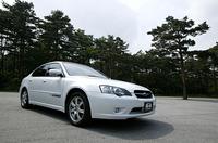 追加設定された「レガシィB4 2.0 CNG」。「2.0 R」をベースに、CNG(圧縮天然ガス)を燃料として走る。 【スペック】 B4 2.0 CNG:全長×全幅×全高=4635×1730×1425mm/ホイールベース=2670mm/車重=1420kg/駆動方式=4WD/2リッター水平対向4DOHC16バルブ(150ps/6800rpm、16.7kgm/4400rpm)/車両本体価格=483万円