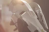 トランクリッドに電動可動式リアスポイラーが装着されていることが示唆される。