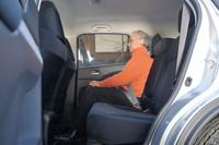 後席に掛けてみる。先代モデルと変わらぬ全幅の新型だが、室内幅は75mmも広くなっている。