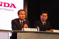 記者団の質問に答える伊東社長。「レースへの参戦は、われわれにとっても楽しみ。ひいては日本全体が元気になることを期待しています」。写真右は、四輪のレースを担当する、本田技術研究所の新井康久専務執行役員。