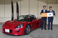 電気自動車の「トミーカイラZZ」とGLMの小間裕康社長(右)、ローランドの三木純一社長。